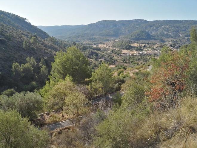 Затяжний спуск до Puigpunyent зі сторони Esporles